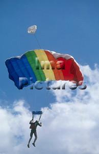 1-40-54-0 Parachuting; valschermspringen; Parachute