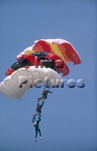 1-40-54-0005 Parachuting; valschermspringen; Parachute