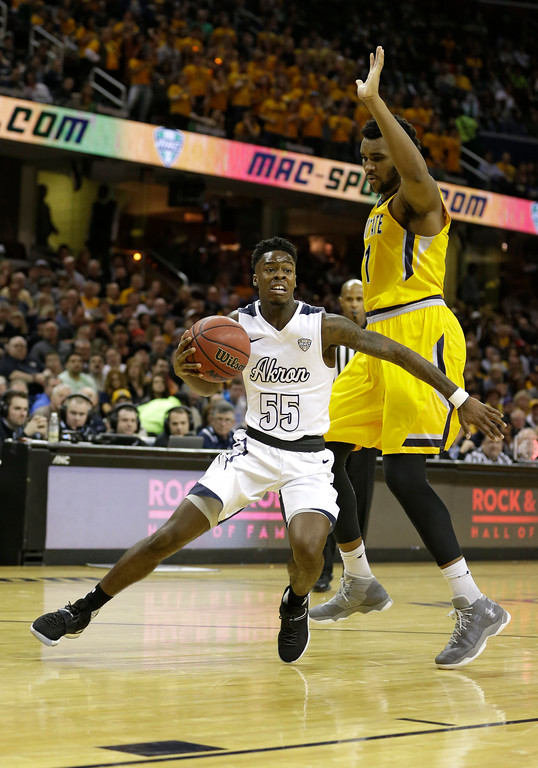 . Akron\'s Antino Jackson, left, drives past Kent State\'s Adonis De La Rosa during the second half of an NCAA college basketball championship game of the Mid-American Conference tournament, Saturday, March 11, 2017, in Cleveland. Kent State won 70-65. (AP Photo/Tony Dejak)