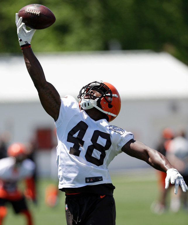 . Cleveland Browns line backer Jermaine Grace stretches to catch a pass during a practice at the NFL football team\'s training camp facility, Wednesday, May 23, 2018, in Berea, Ohio. (AP Photo/Tony Dejak)