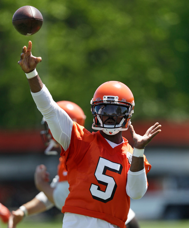 . Cleveland Browns quarterback Tyrod Taylor passes during a practice at the NFL football team\'s training camp facility, Wednesday, May 23, 2018, in Berea, Ohio. (AP Photo/Tony Dejak)