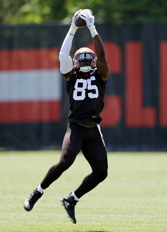 . Cleveland Browns David Njoku catches a pass during a practice at the NFL football team\'s training camp facility, Wednesday, May 23, 2018, in Berea, Ohio. (AP Photo/Tony Dejak)