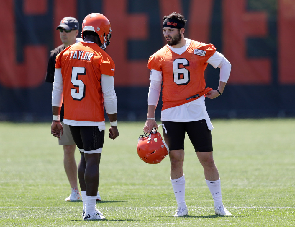 . Cleveland Browns quarterback Baker Mayfield, right, talks with Tyrod Taylor during a practice at the NFL football team\'s training camp facility, Wednesday, May 23, 2018, in Berea, Ohio. (AP Photo/Tony Dejak)