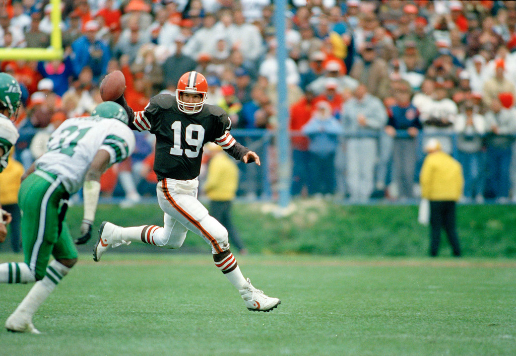 . Cleveland Brown\'s quarterback Bernie Kosar (19) in action against the New York Jets, Nov. 7, 1991. Location unknown. (AP Photo)