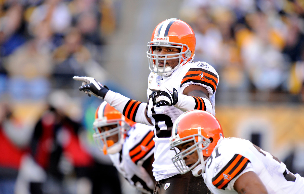 . Cleveland Browns wide receiver Josh Cribbs (16) runs the widecat offense during the fourth quarter of an NFL football game against the Pittsburgh Steelers Sunday Oct. 18, 2009 in Pittsburgh.  Pittsburgh won 27-14.(AP Photo/Don Wright)