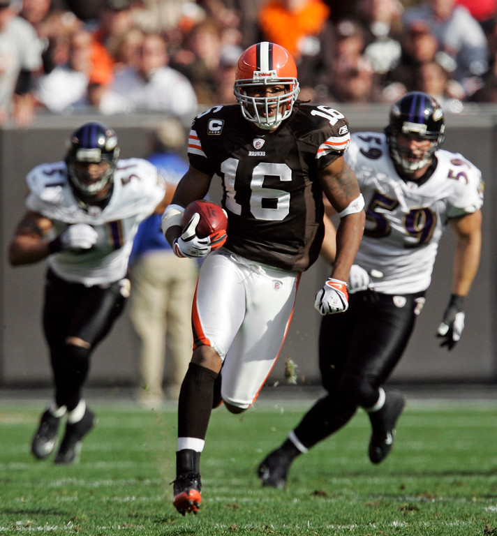 . FILE - In this Nov. 2, 2008 file photo, Cleveland Browns\' Josh Cribbs (16) beats the Baltimore Ravens defense on a 92-yard kickoff return for a touchdown in the first quarter of an NFL football game in Cleveland. Cribbs, the Browns wide receiver and return specialist, attended a team meeting on Thursday, May 21, 0209, after previously threatening to skip the voluntary minicamp this week. Cribbs, trying to renegotiate his contract, missed the first two days, but met with coach Eric Mangini following the full team meeting.  (AP Photo/Tony Dejak, File)