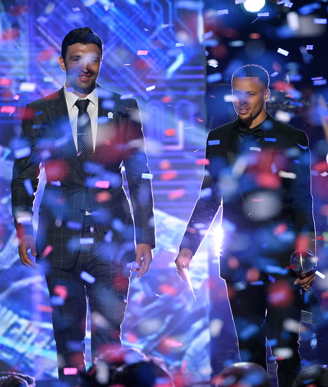 . NBA basketball players Zaza Pachulia, left, and Stephen Curry, of the Golden State Warriors, accept the award for best team at the ESPYS at the Microsoft Theater on Wednesday, July 12, 2017, in Los Angeles. (Photo by Chris Pizzello/Invision/AP)