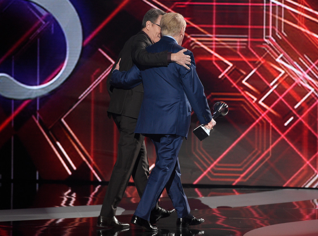 . Bryan Cranston, left, and Vin Scully, winner of the Icon Award, walk off stage together at the ESPYS at the Microsoft Theater on Wednesday, July 12, 2017, in Los Angeles. (Photo by Chris Pizzello/Invision/AP)
