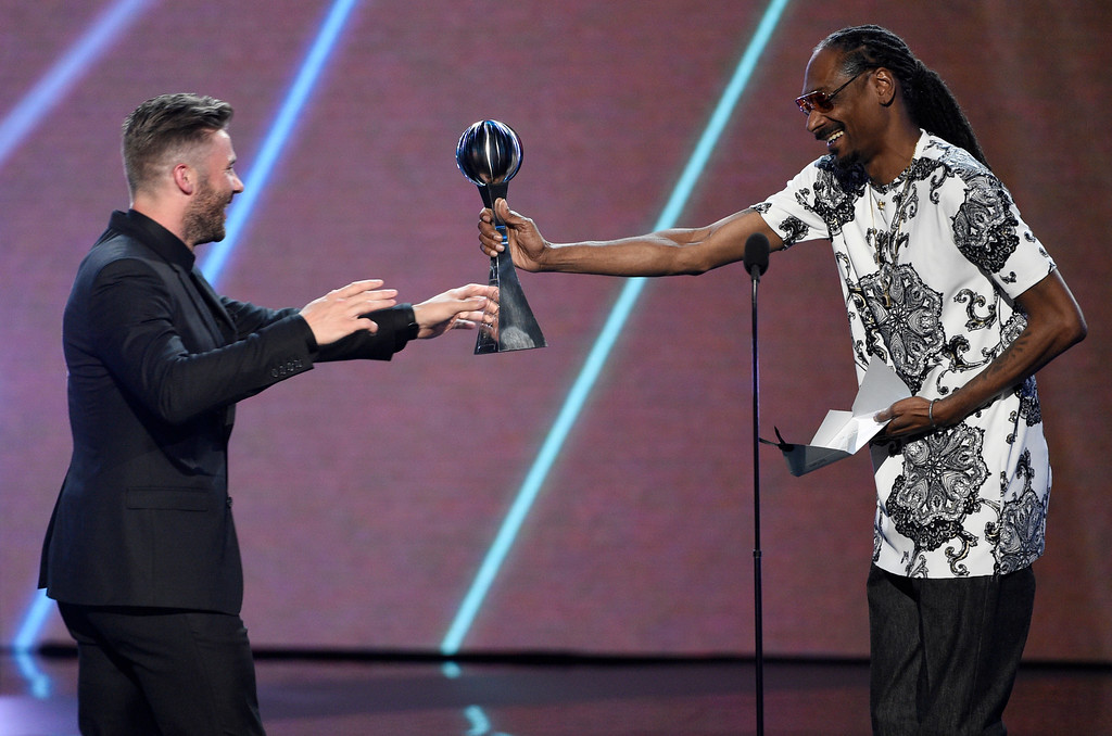 . Snoop Dogg, right, presents NFL football player Julian Edelman, of the New England Patriots, the award for best game for the Patriots Vs. Falcons at Super Bowl LI at the ESPYS at the Microsoft Theater on Wednesday, July 12, 2017, in Los Angeles. (Photo by Chris Pizzello/Invision/AP)