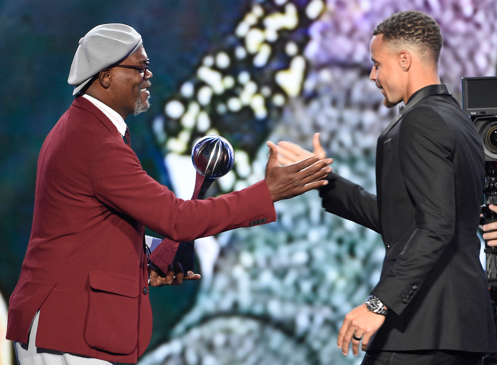 . Samuel L. Jackson, left, presents the award for best team to NBA basketball player Stephen Curry, of the Golden State Warriors at the ESPYS at the Microsoft Theater on Wednesday, July 12, 2017, in Los Angeles. (Photo by Chris Pizzello/Invision/AP)