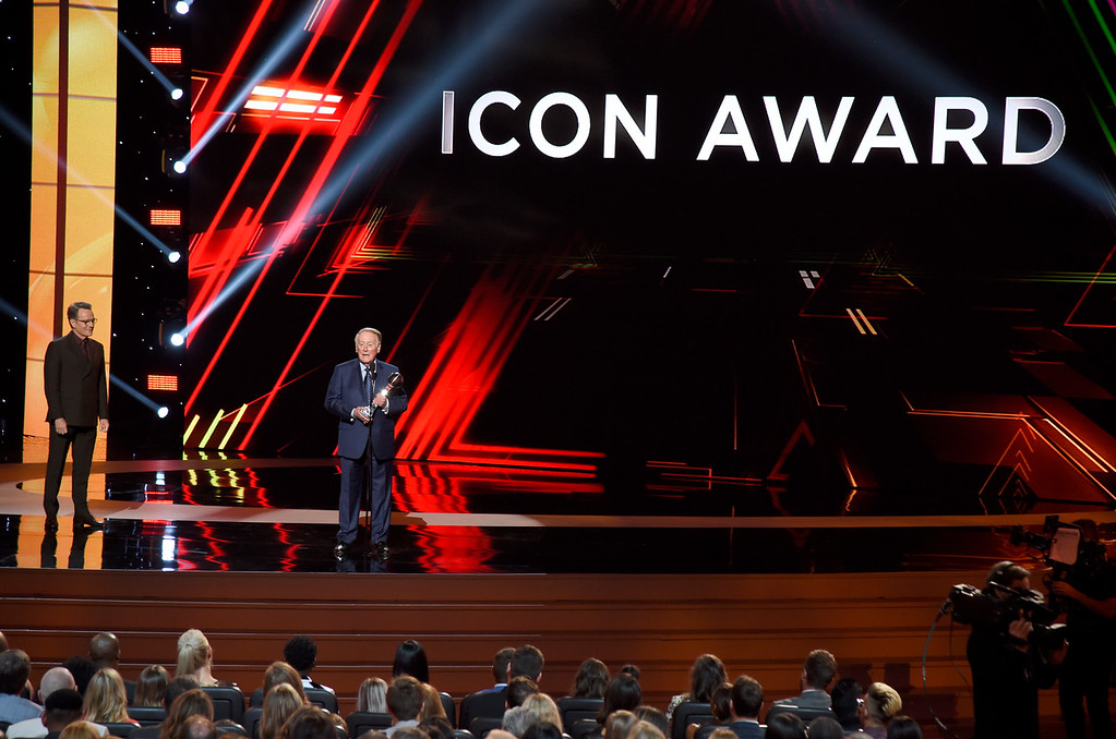 . Vin Scully accepts the Icon Award at the ESPYS at the Microsoft Theater on Wednesday, July 12, 2017, in Los Angeles. Bryan Cranston looks on from left. (Photo by Chris Pizzello/Invision/AP)