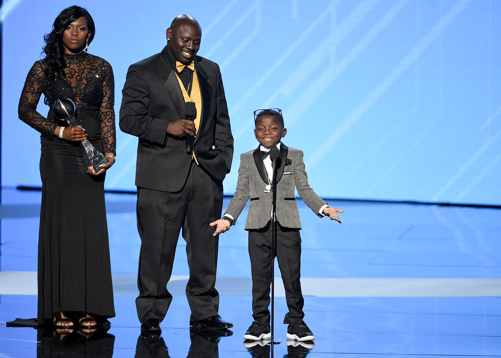 """. New Orleans Saints superfan Jarrius \""""J.J.\"""" Robertson, right, accepts the Jimmy V perseverance award with his parents, from left, Patricia Hoyal and Jordy Robertson at the ESPYS at the Microsoft Theater on Wednesday, July 12, 2017, in Los Angeles. (Photo by Chris Pizzello/Invision/AP)"""