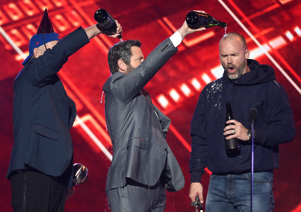 . Bill Murray, from left, Nick Offerman and retired MLB baseball player David Ross toast to the Chicago Cubs as they accept the team\'s award for best moment at the ESPYS at the Microsoft Theater on Wednesday, July 12, 2017, in Los Angeles. (Photo by Chris Pizzello/Invision/AP)