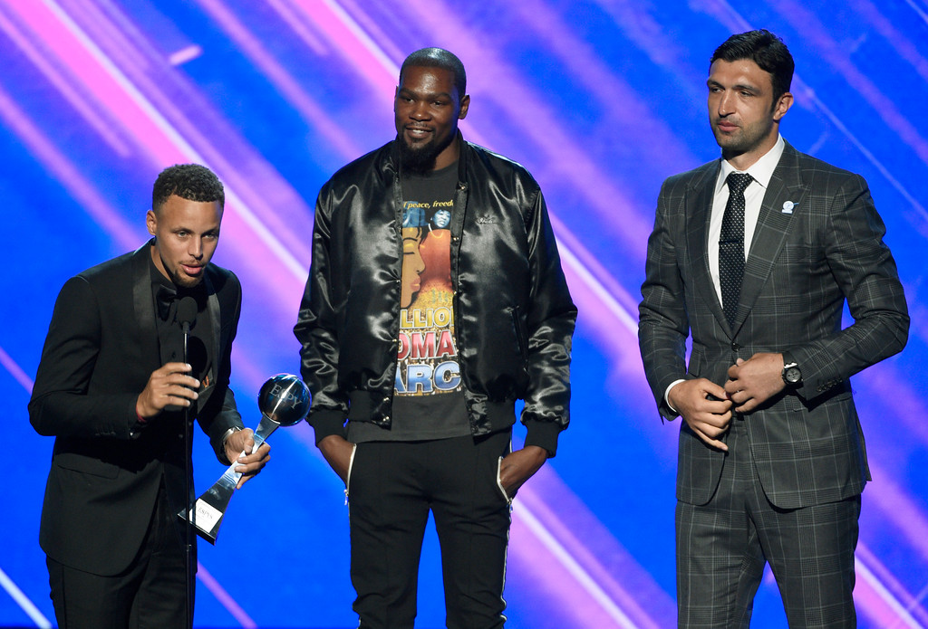 . NBA basketball players Stephen Curry, from left, Kevin Durant and Zaza Pachulia, of the Golden State Warriors, accept the award for best team at the ESPYS at the Microsoft Theater on Wednesday, July 12, 2017, in Los Angeles. (Photo by Chris Pizzello/Invision/AP)