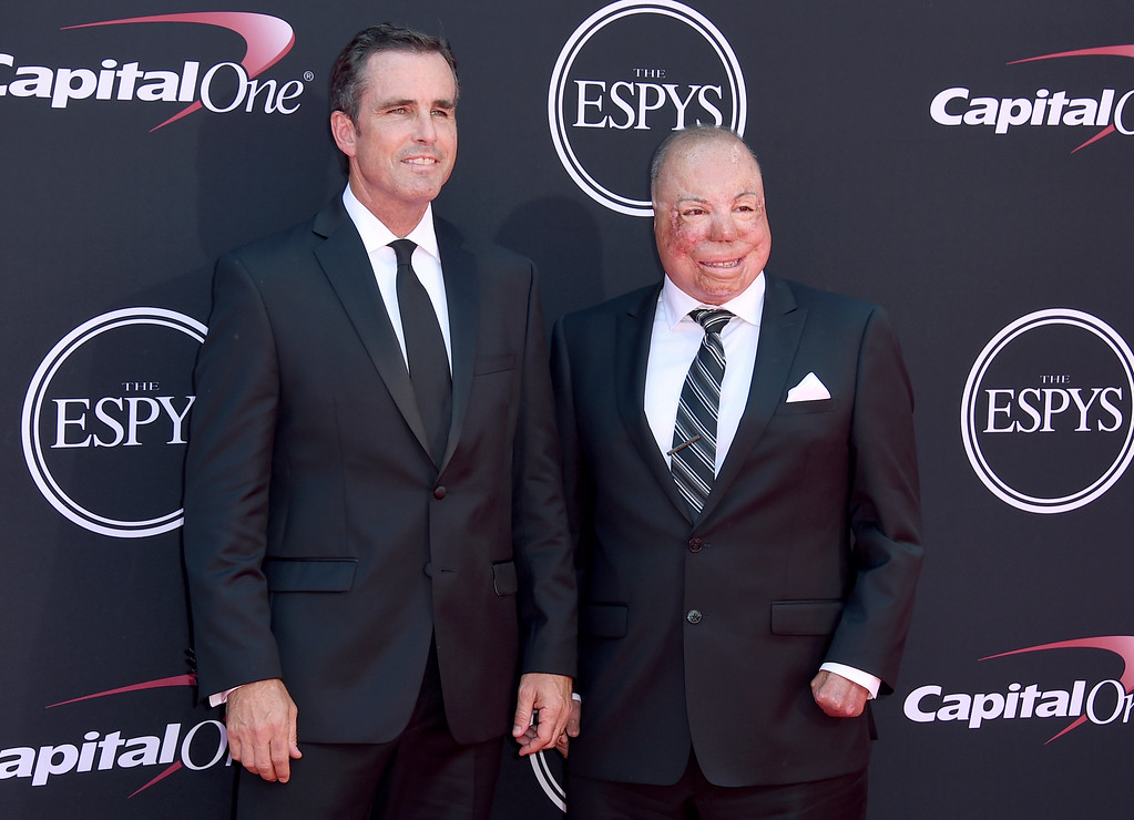 . Bob Woodruff, left, and Israel Del Toro arrive at the ESPYS at the Microsoft Theater on Wednesday, July 12, 2017, in Los Angeles. (Photo by Jordan Strauss/Invision/AP)