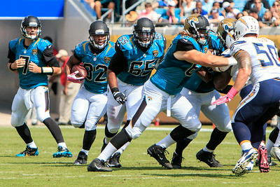 October 20, 2013: Maurice Jones Drew takes the handoff from Chad Henne as Will Rackley leads the way and Austin Pasztor blocks Manti Te'o during the Jaguars vs. Chargers game at Everbank Field. -James Vernacotola