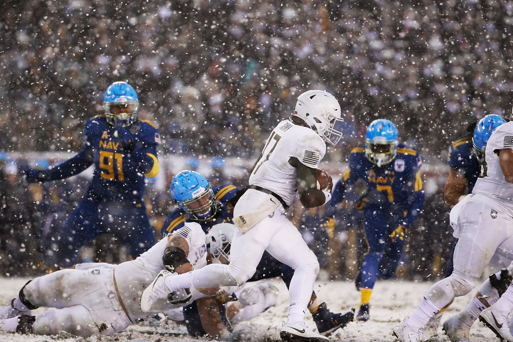 . Army\'s Ahmad Bradshaw (17) runs the ball against Navy during the first half of an NCAA college football game, Saturday, Dec. 9, 2017, in Philadelphia. (AP Photo/Matt Rourke)