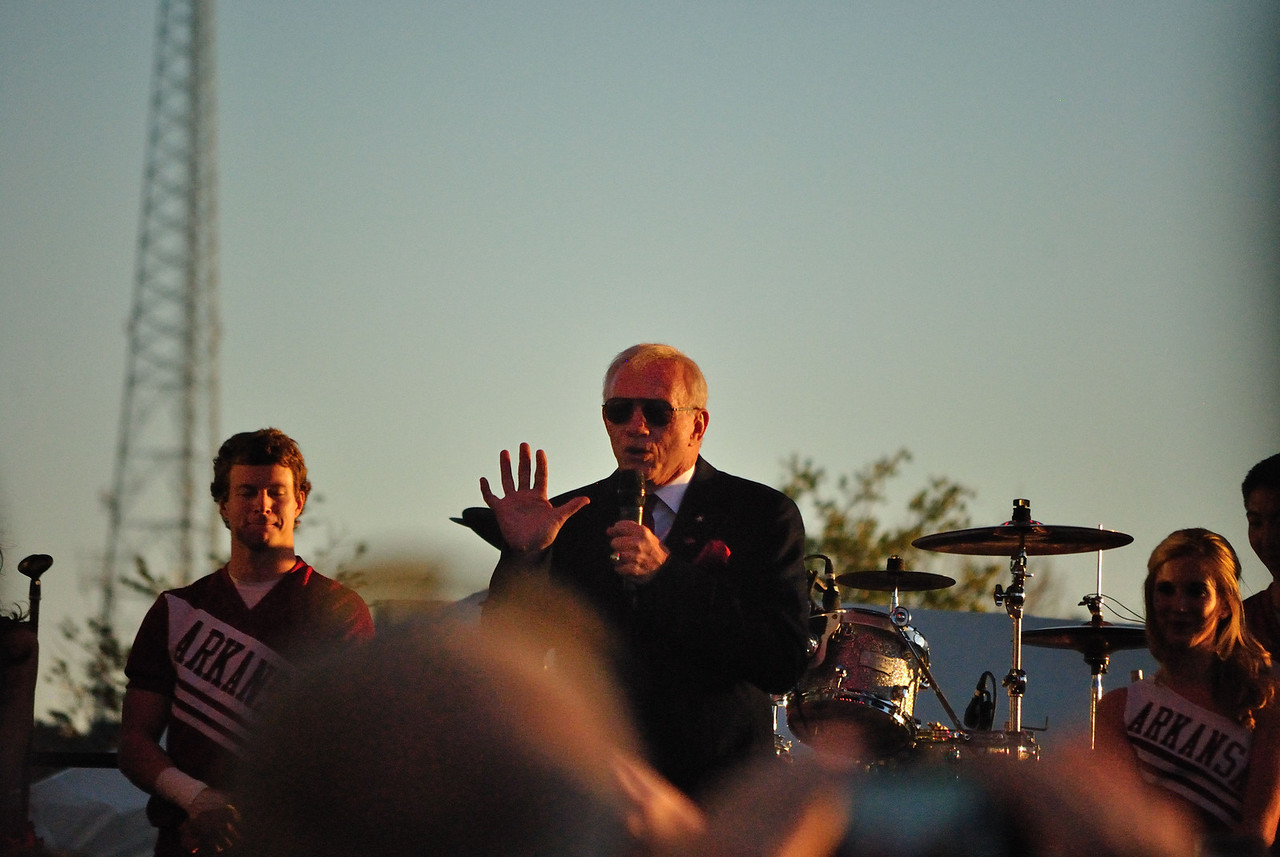 Jerry Jones firing the crowd up before the game.