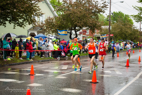 The leaders come at the first relay (approx. mile 3.4)