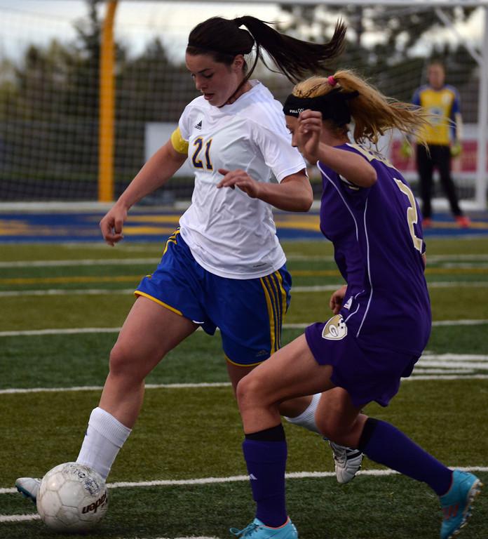Robbi Ryan brings the ball up the field. The Sheridan Press | Tanya Hamner