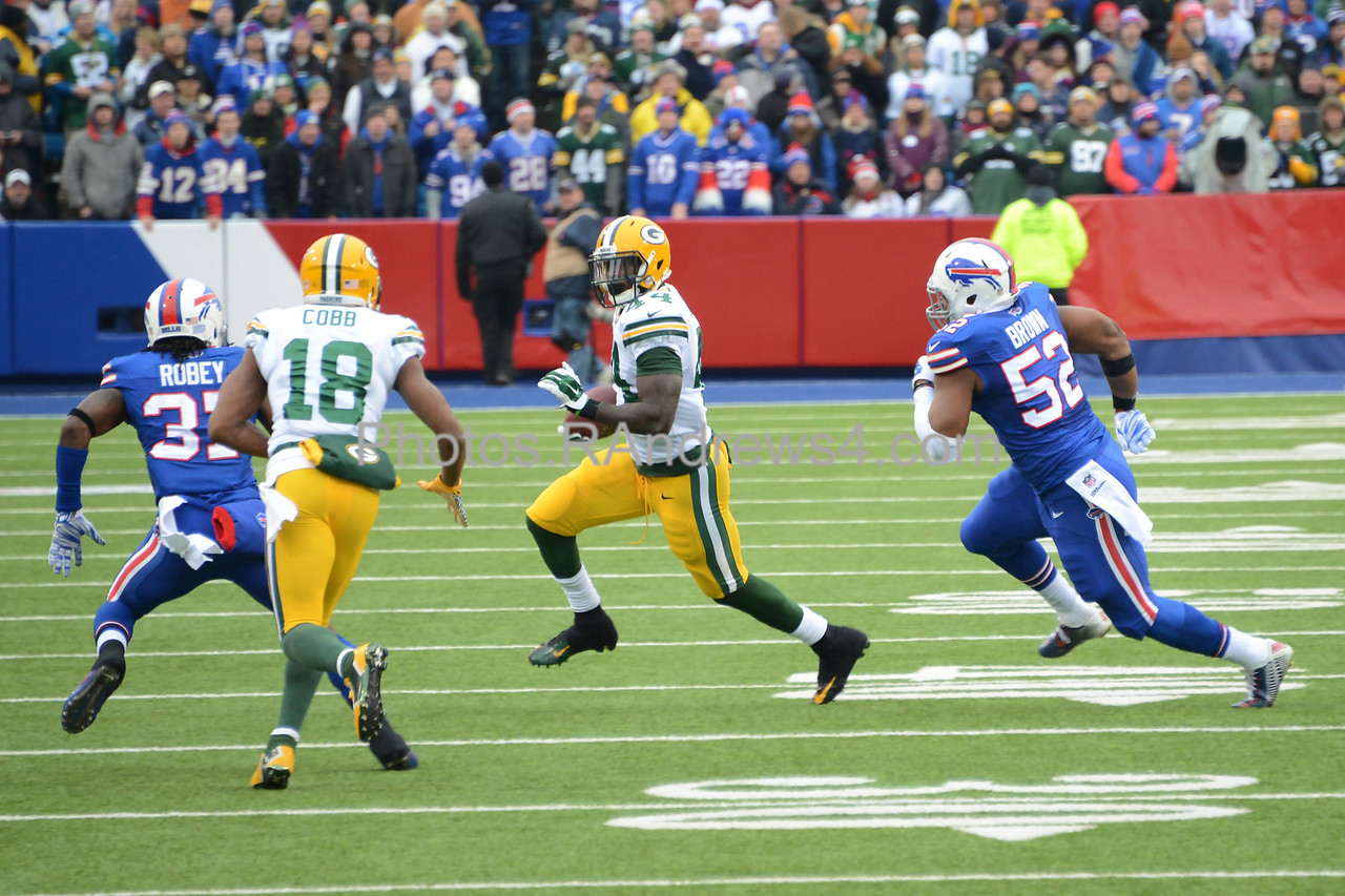James Starks sweeps around the right end