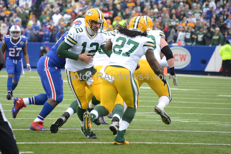 Aaron Rodgers hands off to Eddie Lacey