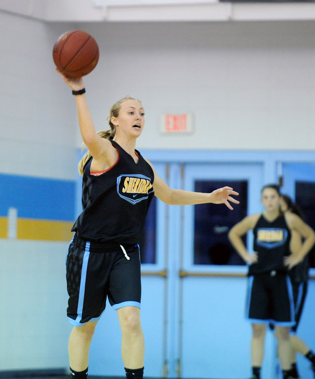 Raelynn Keefer throws a long pass during a fast break drill at practice on Saturday, Oct. 1 at the Bruce Hoffman Golden Dome. Mike Pruden | The Sheridan Press