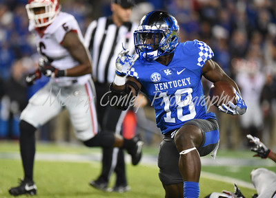 Boom Williams of Kentucky sweeps to the outside against Georgia on Saturday evening.  MARTY CONLEY/ FOR THE DAILY INDEPENDENT