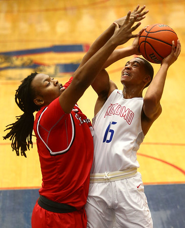 2-10-17<br /> Kokomo vs Richmond boys basketball<br /> Kokomo's Elonte O'Bannon shoots.<br /> Kelly Lafferty Gerber | Kokomo Tribune