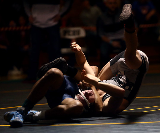 2-4-17<br /> Regional wrestling<br /> Western's Payton Lechner and Oak Hill's JC Herring in the 106.<br /> Kelly Lafferty Gerber | Kokomo Tribune