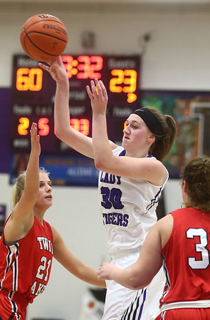 11-4-17<br /> Northwestern vs Twin Lakes girls basketball<br /> NW's Steph Burns makes a pass.<br /> Kelly Lafferty Gerber | Kokomo Tribune