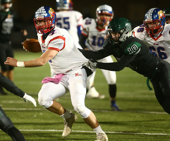 11-10-17<br /> Kokomo vs Zionsville regional<br /> Kyle Wade looks to outrun Zionsville's defense.<br /> Kelly Lafferty Gerber | Kokomo Tribune