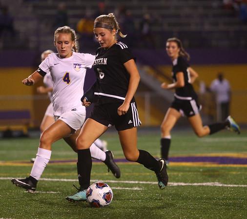 10-5-17<br /> Western vs Oak Hill girls soccer<br /> Western's Sophia Weigt and Marion's Katie Erickson go after the ball.<br /> Kelly Lafferty Gerber | Kokomo Tribune
