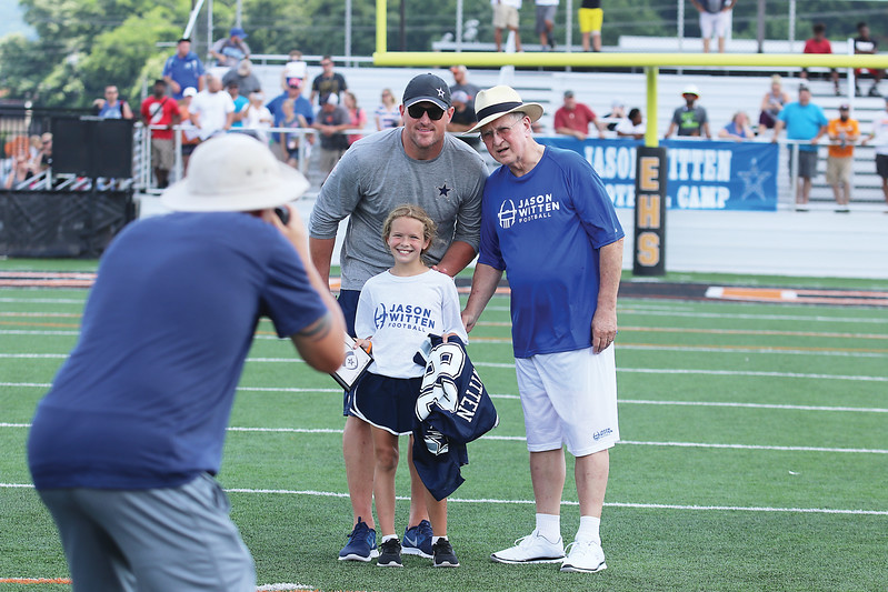Star Photo/Bryce Phillips <br /> Jason Witten, left, and his grandfather, Dave Rider, are pictured with a winner of the Dave Rider Award.