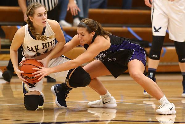 1-10-18<br /> Northwestern vs Oak Hill girls basketball<br /> Sarah Vas goes after a ball with Oak Hill's Jennessa Hasty.<br /> Kelly Lafferty Gerber | Kokomo Tribune