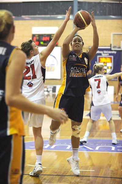 Eva Afeaki going for the shot.