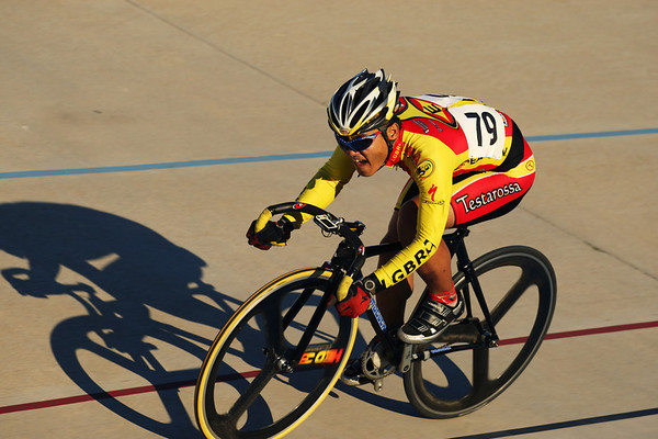 Steven Woo takes a flyer in the scratch race