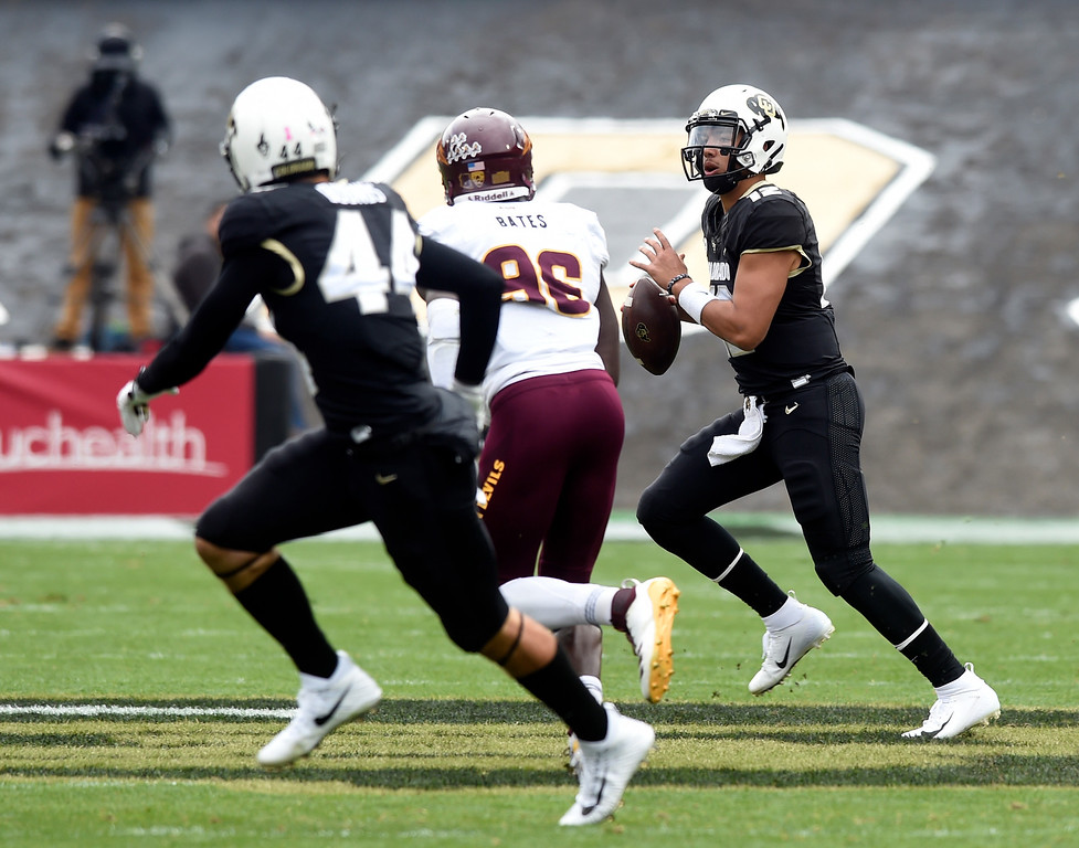 . BOULDER, CO: October 6, 2018: University of Colorado\'s Steven Montez looks for an open receiver  during  the game with Arizona State on October 6, 2018. (Photo by Cliff Grassmick/Staff Photographer)