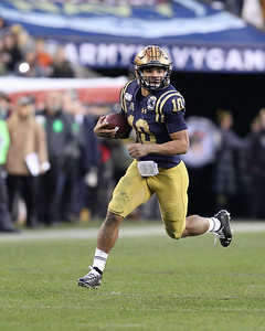 Navy quarterback #10 Malcolm Perry carries the ball.