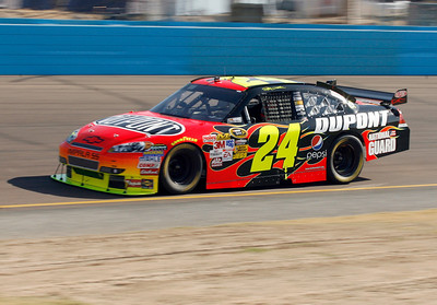 Jeff Gordon heads through a corner during the NASCAR Sprint Cup Series' Checker O'Reilly Auto Parts 500 race at Phoenix International Raceway in Avondale, Ariz., Sunday, Nov. 15, 2009. (AP Photo/Mary Schwalm)