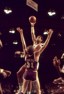 Kareem hooks over Lakers Mel Counts