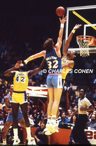 The San Diego Clippers Bill Walton puts up a finger roll over the L.A. Lakers Kareem Abdul-Jabbar as James Worthy looks on.