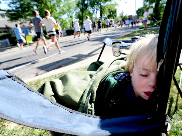 "Aaron Hickman, 2, is worn out from the excitement of the Bolder Boulder runners passing by on Walnut Street.<br /> For more photos and videos of the 34th Bolder Boulder, go to  <a href=""http://www.dailycamera.com"">http://www.dailycamera.com</a>.<br /> Cliff Grassmick / May 28, 2012"
