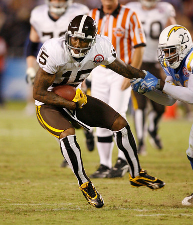 Denver Broncos wide receiver Brandon Marshall tries to pull away from San Diego Chargers cornerback Quentin Jammer after a pass reception for nine yards during the third quarter of the NFL football game Monday, Oct. 19, 2009 in San Diego.  (AP Photo/Denis Poroy)