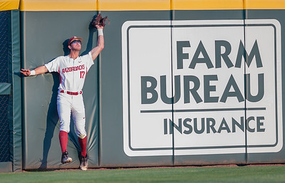 Arkansas outfielder Luke Bonfield (17) catches a long fly ball during a baseball game between Arkansas and Missouri on 4-1-16.  (Alan Jamison, Nate Allen Sports Service)