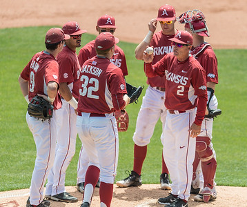 Arkansas head coach Dave Van Horn gives the ball and instructions to relief pitcher Zach Jackson (32) during a baseball game between Alabama and Arkansas on May 15,  2016.   (Alan Jamison, Nate Allen Sports Service)