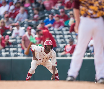 Arkansas outfielder Darien Simms (7) takes a lead at first base during a baseball game between Arkansas and Central Michigan on 2-21-16.   (Alan Jamison, Nate Allen Sports Service)