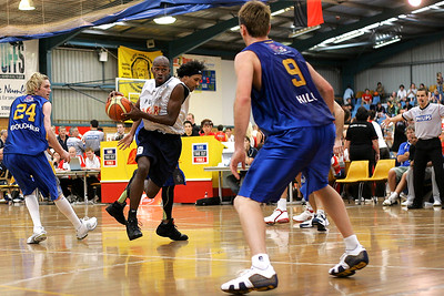 Willie Farley drives between Dillon Boucher & CJ Bruton - NBL Blitz, Coffs Harbour, 8-9 September 2006