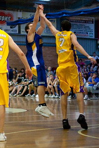 Sydney Kings' Russell Hinder defends Bullets' shooter Adam Gibson - NBL Blitz, Coffs Harbour, 8-9 September 2006