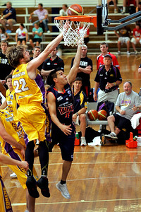 Cairns Taipan Luke Martin tries to beat Sydney King Mark Worthington - NBL Blitz, Coffs Harbour, 8-9 September 2006